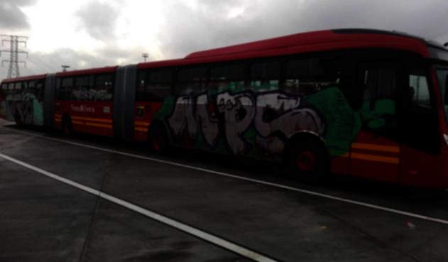 Bus de Transmilenio con grafitis