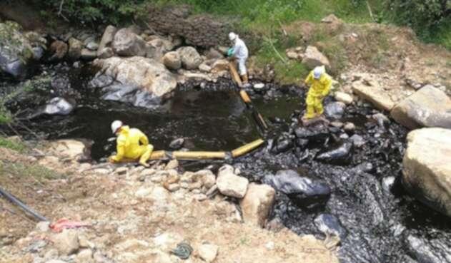 Operarios de Ecopetrol atienden derrame de crudo en zona rural del municipio de Toledo, Norte de Santander