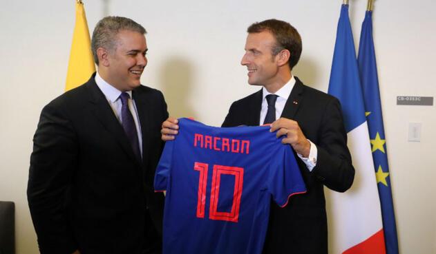 Duque entrega camiseta de la Selección Colombia al presidente Macron