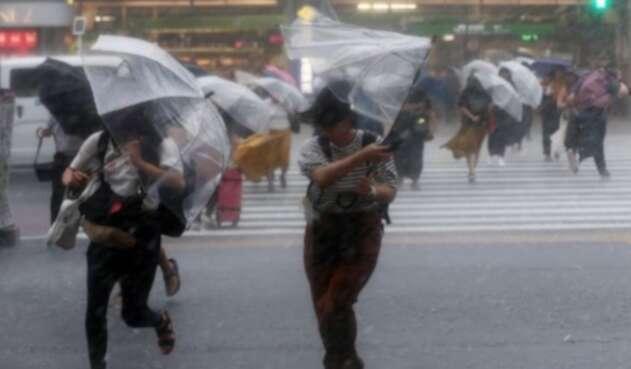 Varias empresas de las zonas que se verán afectadas por el tifón pidieron a sus empleados.