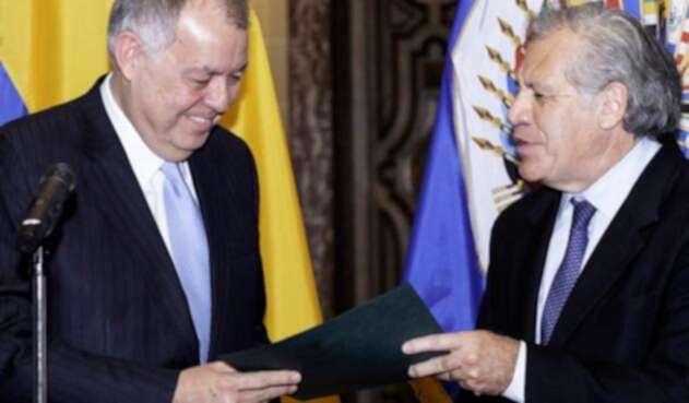 Alejandro Ordóñez, embajador de Colombia ante la OEA, y Luis Almagro, secretario general del organismo, en Washington (Estados Unidos)