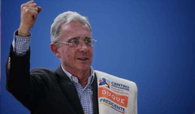 El senador Álvaro Uribe insistió en que Juan Manuel Santos recibió aporte de Odebrecht.