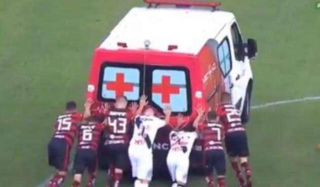 jugadores empujando ambulancia