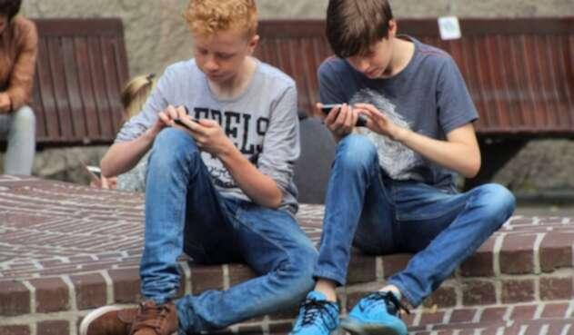 Menores de edad con celulares inteligentes