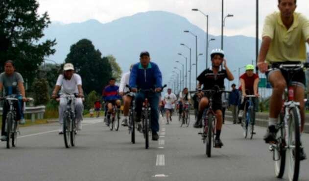 Ciudadanos en Bogotá disfrutando de la ciclovía