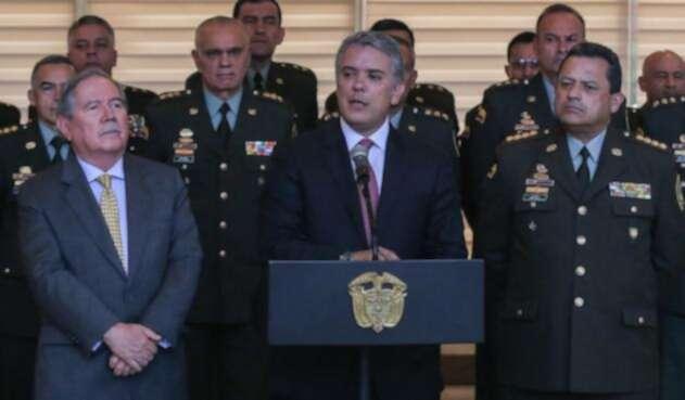 El presidente Duque junto al ministro Botero (izq)