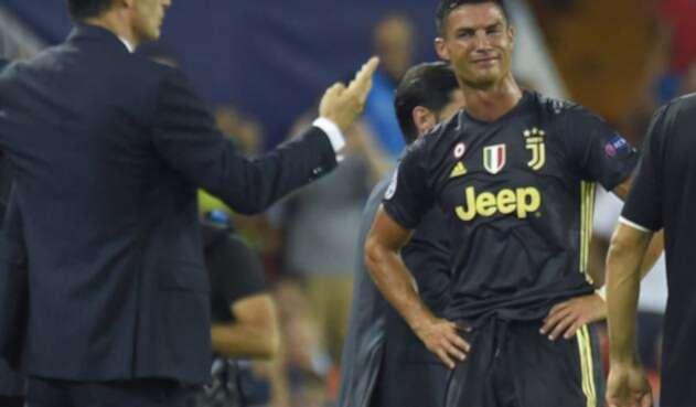 Cristiano Ronaldo sale del campo de Mestalla entre lágrimas