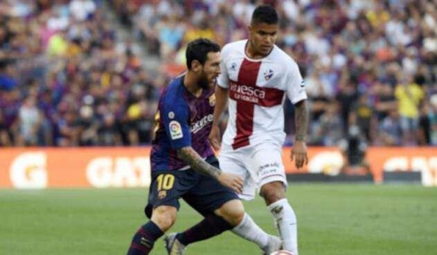 'Cucho' Hernández y Lionel Messi, en el partido entre el Huesca y el Barcelona por la Liga
