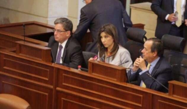Minhacienda, Alberto Carrasquilla (izq.), durante debate en el Congreso