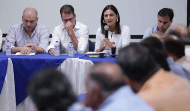 La ministra Ángela María Orozco se reunió con el gremio portuario en Barranquilla.
