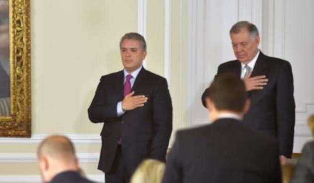 Alejandro Ordóñez (der.) asumió como nuevo embajador ante la OEA