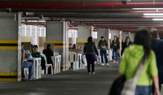 Colombianos ejerciendo su derecho al voto en Bogotá