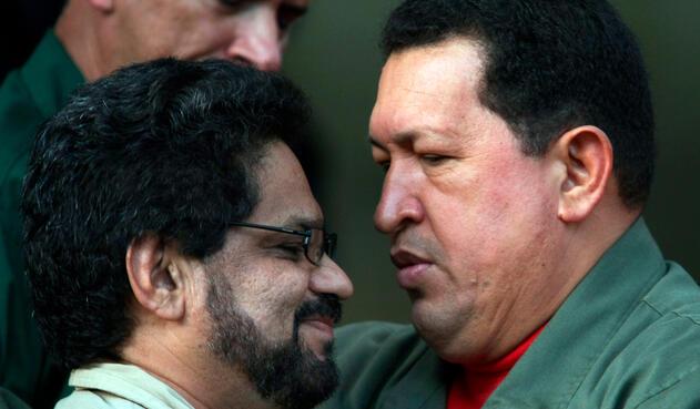 Hugo Chávez, presidente de Venezuela, e Iván Márquez, entonces guerrillero de las Farc, el 8 de noviembre de 2007 en el Palacio de Miraflores, en Caracas