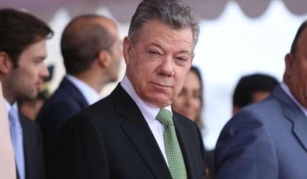 Era junio de 2007 cuando se promovió una moción de censura contra el ministro de Defensa, Juan Manuel Santos. Esa moción se dio por la oposición del Polo Democrático Alternativo al considerar que desde su despacho había cierta responsabilidad en las interceptaciones telefónicas ilegales y era un peligro para las relaciones con Venezuela.