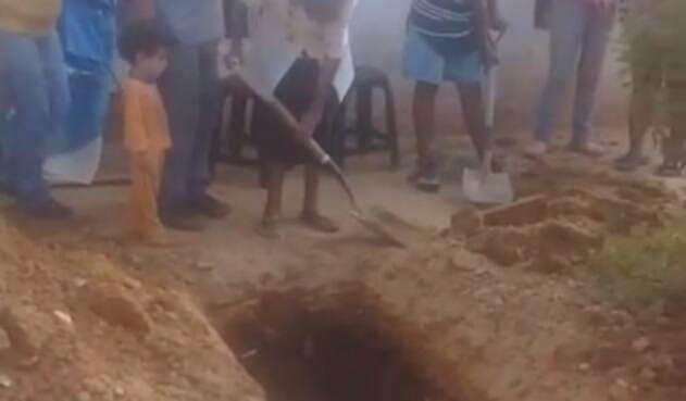 Madre venezolana cava hueco