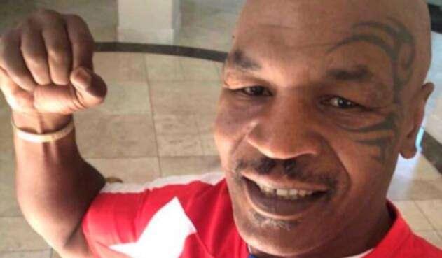 Myke Tyson posando con la camiseta del Junior de Barranquilla