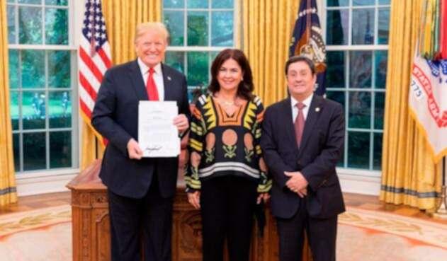 Donald Trump, presidente de Estados Unidos; María Victoria García de Santos y Francisco Santos, su esposo y embajador de Colombia en Washington