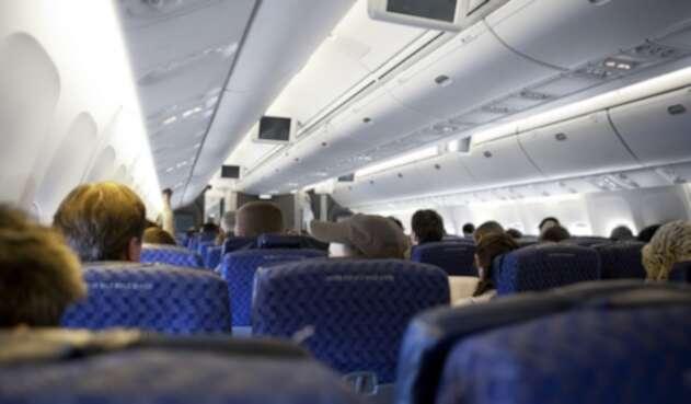 Pasajeros al interior de un avión.