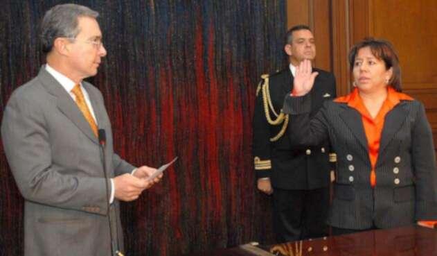 El expresidente Álvaro Uribe y María del Pilar Hurtado, exdirectora del DAS, el 30 de agosto de 2007