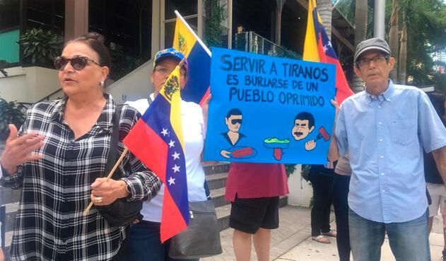 Venezolanos en Miami protestando por la cena de Nicolás Maduro en Turquía