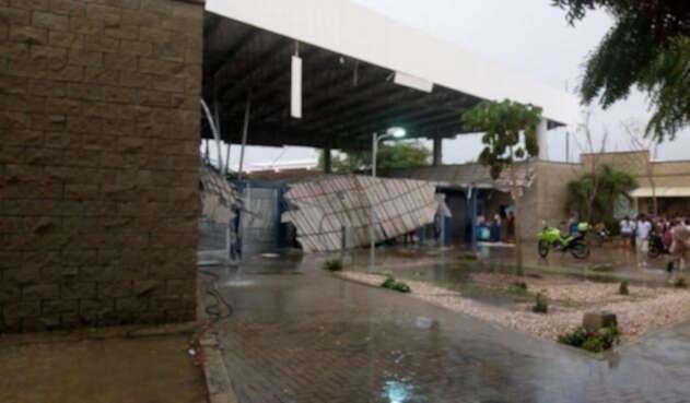 El techo del colegio colapsó por las lluvias.