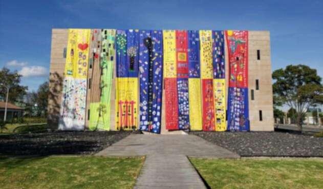 Telar en el monolito del Centro de Memoria, Paz y Reconciliación