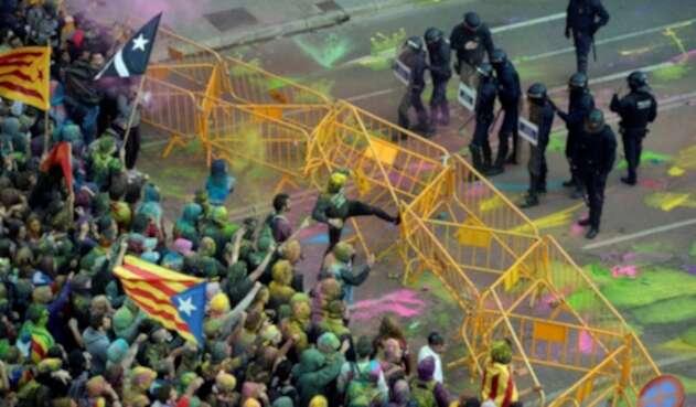 Enfrentamientos de independentistas con autoridades fuera del Parlament catalán.