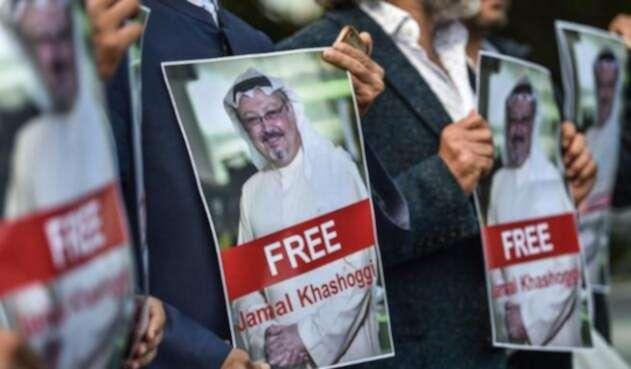 """Varios defensores del periodista se manifestaron ante el consulado con pancartas con su foto y el lema """"No nos iremos sin Jamal Khashoggi""""."""