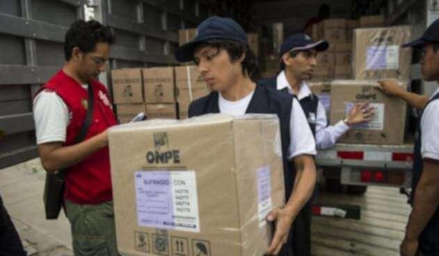Funcionarios de la Oficina Nacional de Procesos Electorales del Perú.