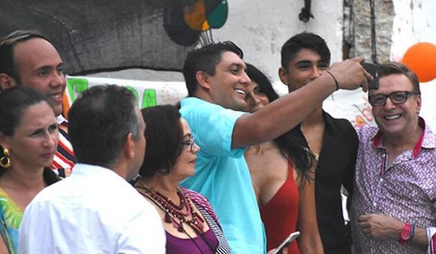 Victor Arango, director de Distriseguridad, tomándose la foto con alias La Madame