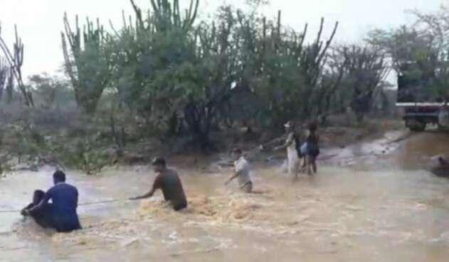 con cuerdas docentes cruzaron a arroyo en la alta guajira