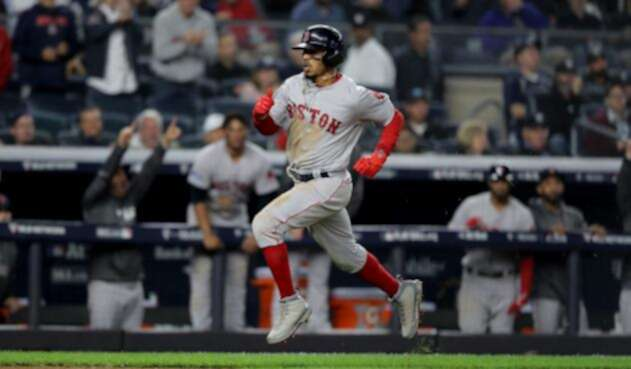 Mookie Betts, jardinero de los Medias Rojas de Boston, en acción ante los Yankees de Nueva York