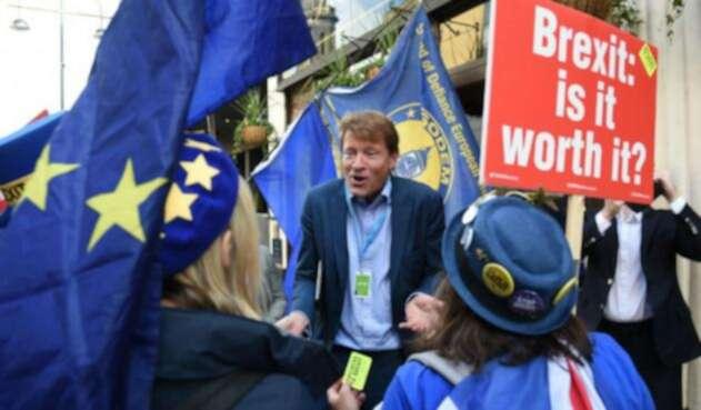 Activistas anti-Brexit protestando