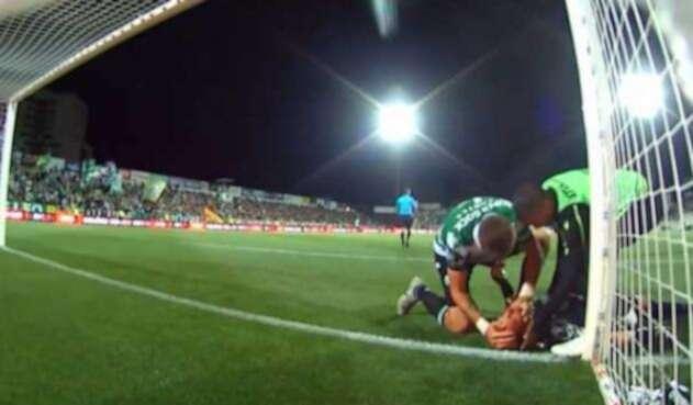 Sebastián Coates, del Sporting, evita que su portero, Romain Salin, se ahogue con su lengua