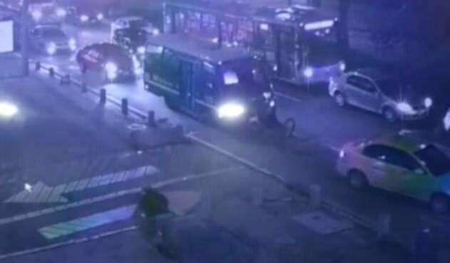 Ciclista finje ser accidente con bus del SITP