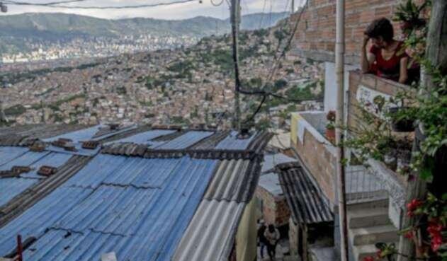 Un habitante divisa un sector de la Comuna 13 de Medellín