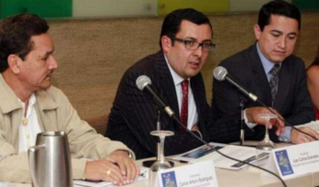 En el centro, Juan Carlos Granados, contralor de Bogotá.