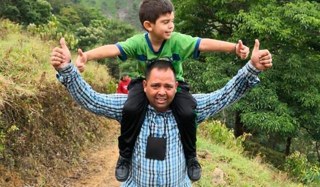 Cristo José Contreras, en libertad, junto a su padre Edwin Contreras