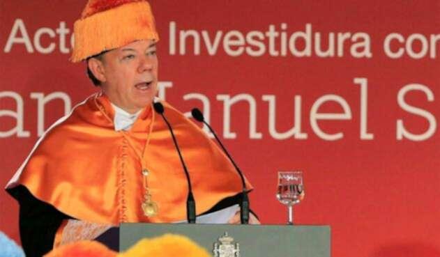 Juan Manuel Santos cuando fue nombrado doctor honoris causa por parte de la Universidad Camilo José Cela, en Madrid (España), el 3 de noviembre de 2014