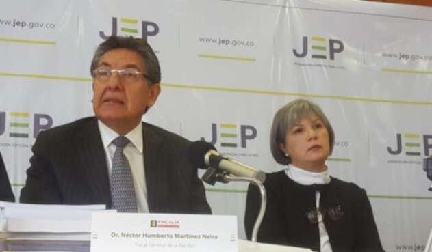El fiscal general, Néstor Humberto Martínez y la presidenta de la JEP, Patricia Linares.