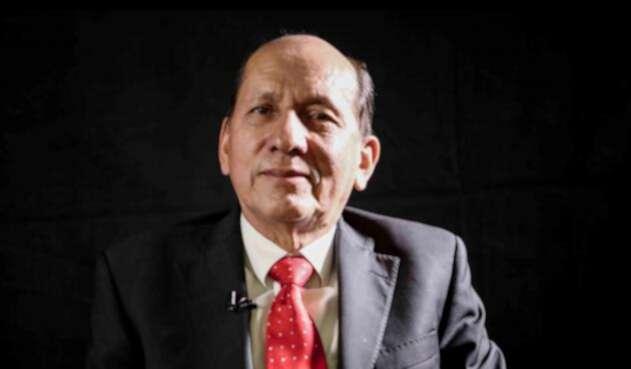 El general retirado Luis Herlindo Mendieta en la sede de RCN Radio, en Bogotá