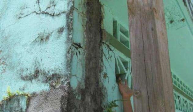 Comunidad educativa corre el riesgo por fallas en  una edificación
