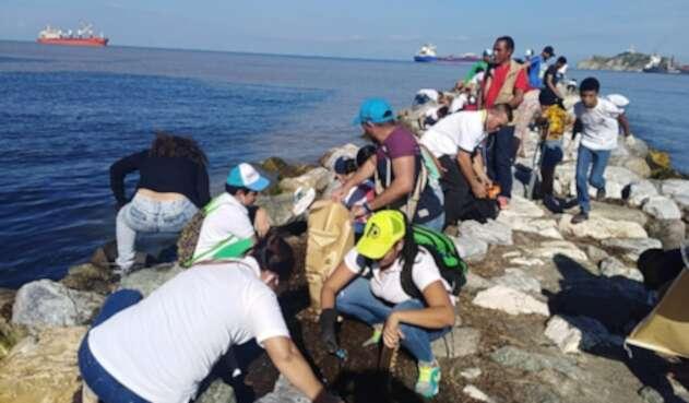 Jornada de limpieza de cuerpos hídricos en Playa Los Cocos