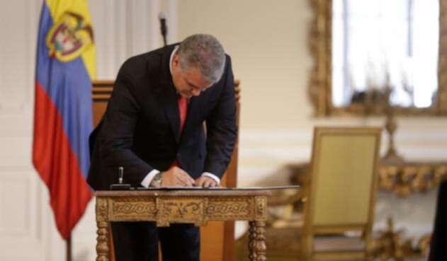 El presidente, Iván Duque, firmando el decreto que autoriza el decomiso de la dosis mínima, en la casa Nariño (Bogotá), el primero de octubre de 2018
