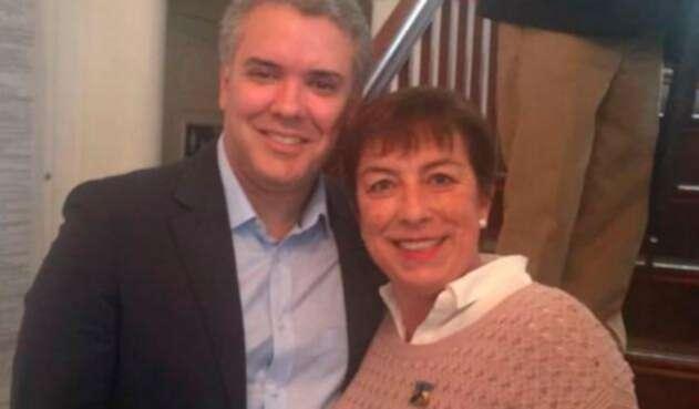 El presidente Iván Duque junto a Claudia Ortiz, militante del Centro Democrático