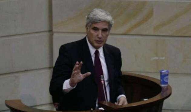 El ministro de Salud, Juan Pablo Uribe, señalado de conflicto de intereses