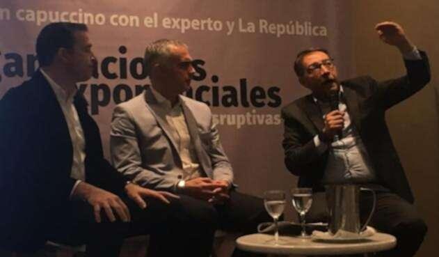 El director del diario La República, Fernando Quijano, con los expertos, hablando sobre inteligencia artificial.