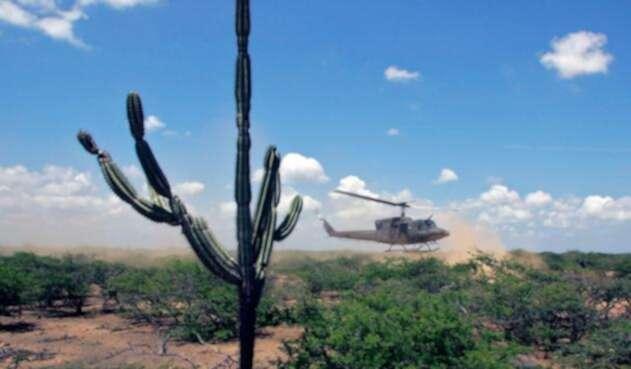 Un helicóptero sobrevolando Uribia, en La Guajira