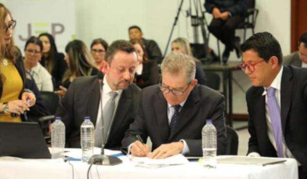 General Mario Montoya firma acta de compromiso ante la JEP