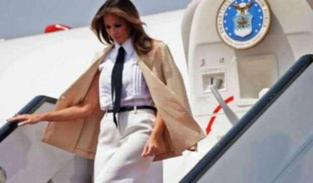 Melania Trump bajando de avión presidencial.
